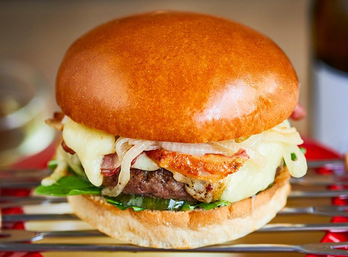 Beef burger with bacon, fondue and onion